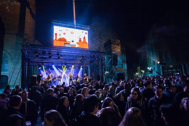 Koningsdag vieren we dit jaar in Mijdrecht @Rendez Vous zien we je daar?! #koningsdag #mijdrecht #crowd #dancedancedance #goingcrazy #amazingshow #liveband #events #entertainment #bands #party #feest #festival  #bookus www.amberroots.nl